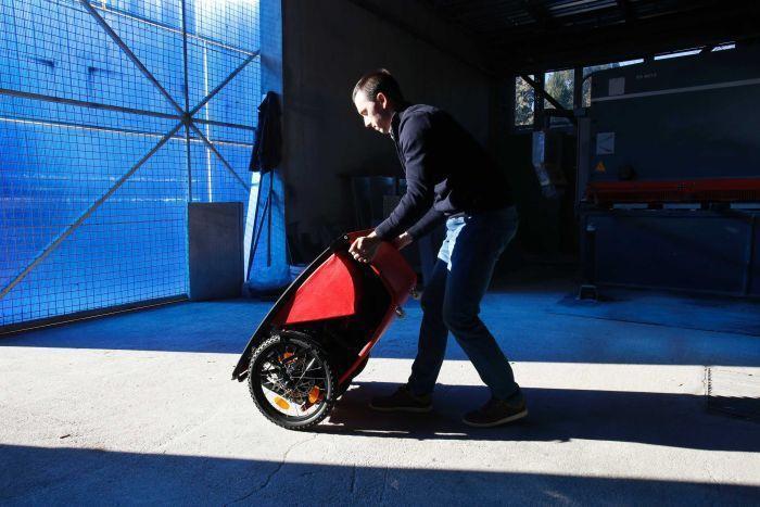 波士尼亞機械工程師塞羅發明可折疊的小型電動車Go City。美聯社