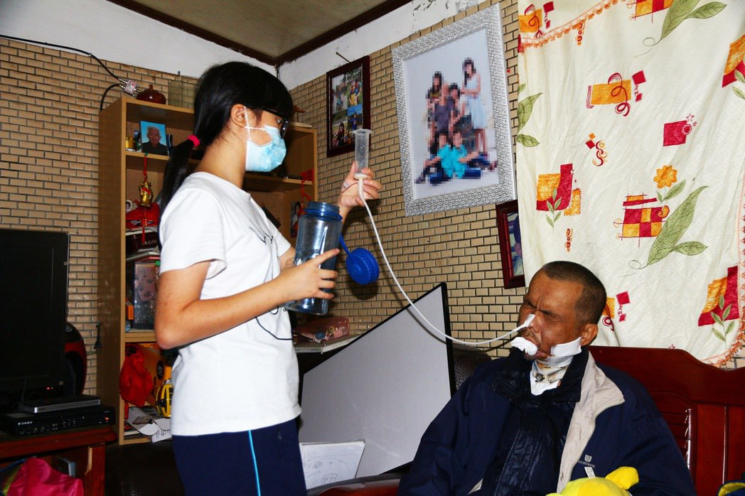 小茹為爸爸灌食。圖/陽光基金會提供