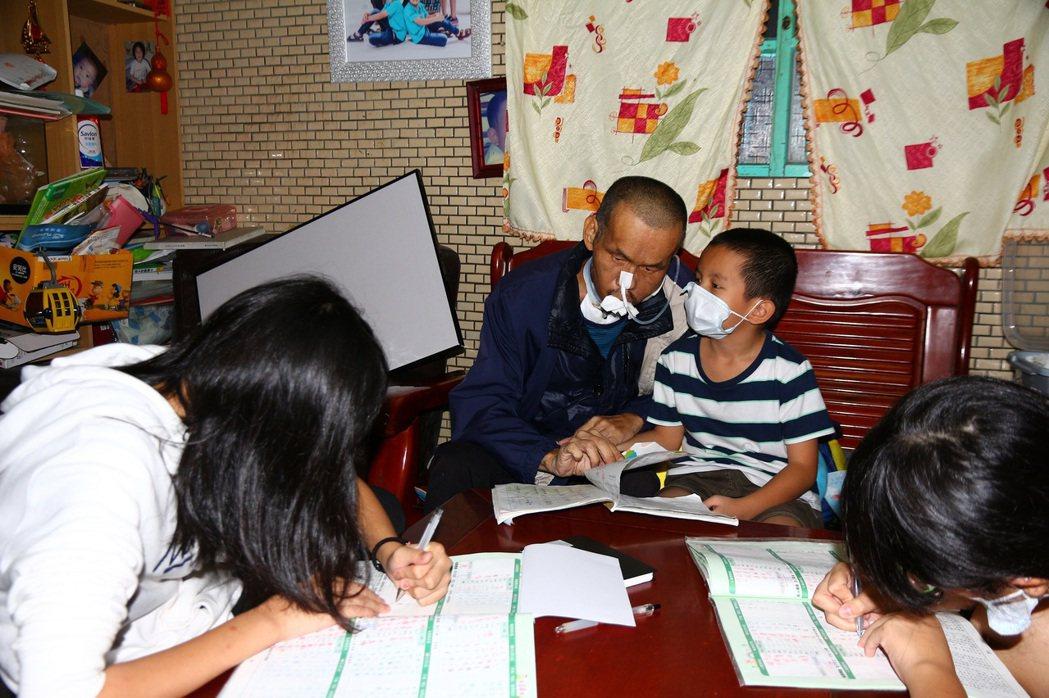 劉大哥每天最期待的最是陪伴孩子寫功課。圖/陽光基金會提供