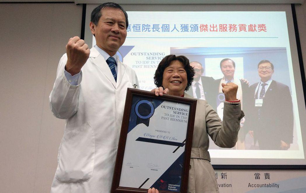 葉姓婦人(左)血糖控制良好,去年到歐洲、中國大陸旅遊。圖/葉姓婦人提供