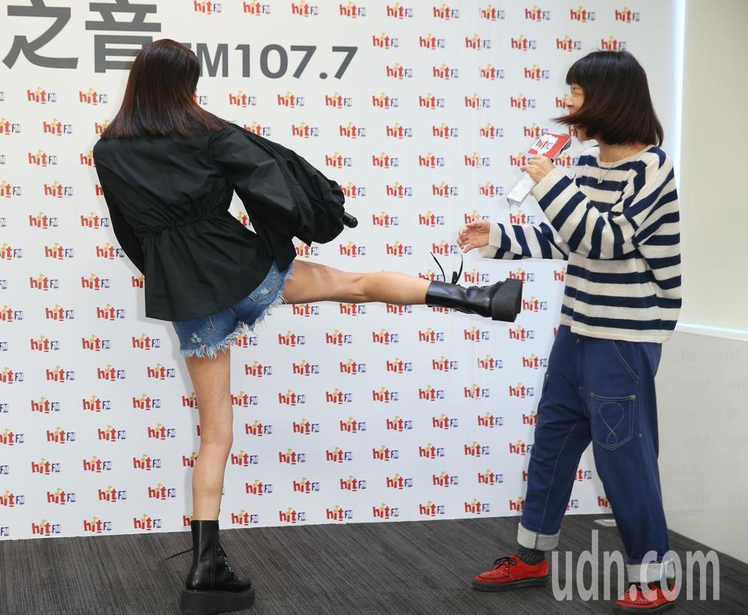 金曲歌后彭佳慧(左)出席電台活動,一時興起,還來個飛踢。記者陳正興/攝影