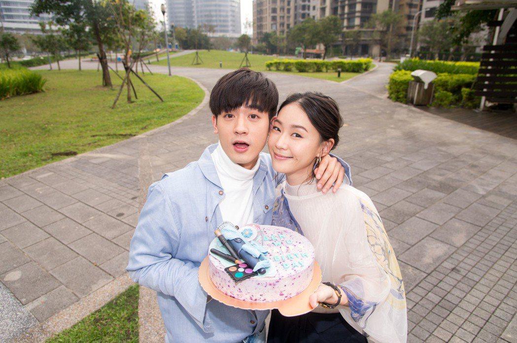 小樂吳思賢(左)過生日,鍾瑶獻吻。圖/三立提供