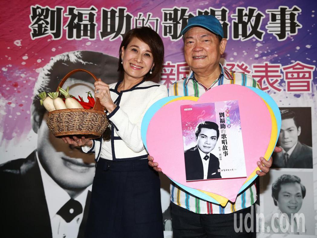 民謠歌王劉福助(右)今天下午舉辦新書發表會,圈內藝人好友向娃(左)前來站台助陣,...