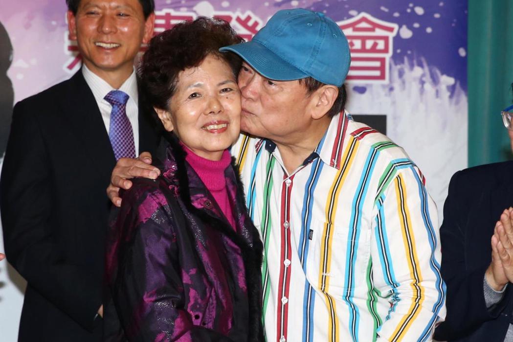 民謠歌王劉福助(右)今天下午舉辦新書發表會,現場親吻太太(左)。記者程宜華/攝影