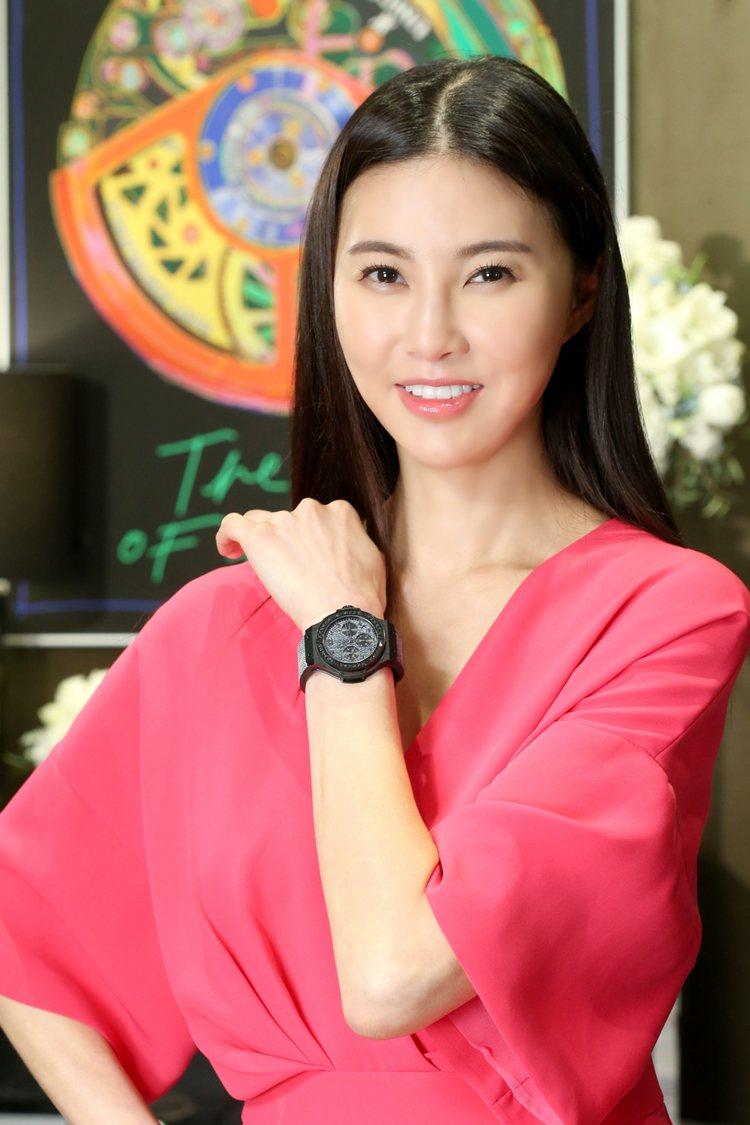 孫瑩瑩以桃紅色洋裝搭配Big Bang丹寧陶瓷黑鑽腕表。圖/HUBLOT提供