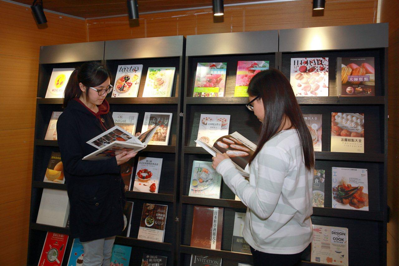「益品書屋」推出餐飲圖書巡迴展,400本專業餐飲書籍在東海大學圖書館展出,有專業...