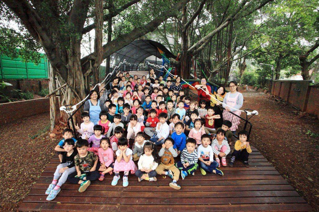 中原大學附幼師生享受全新的戶外地景遊戲空間。圖/陳宣誠提供、劉森湧攝影