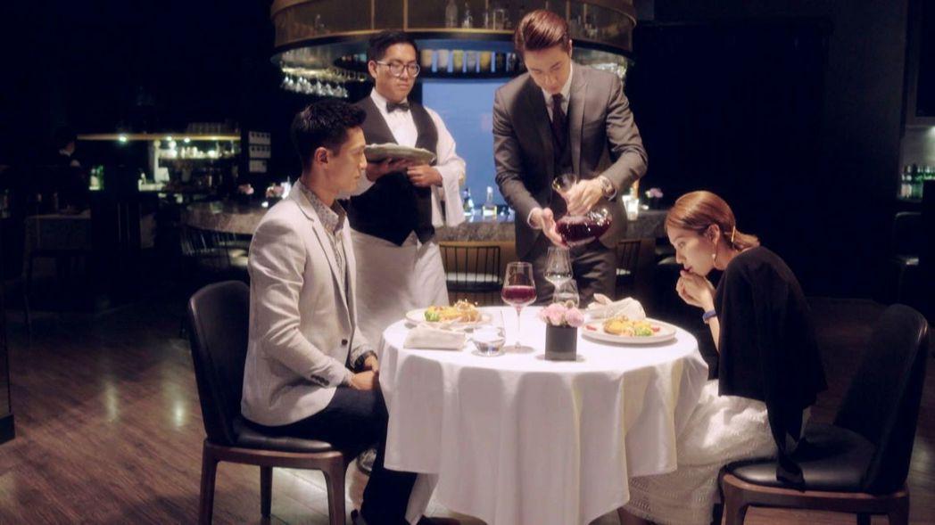 劉書宏(右二)客串「已讀不回的戀人」。圖/三立提供