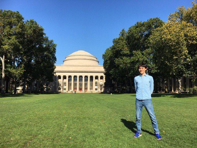 新竹市光華國中校友何達睿現為麻省理工學院大一學生,在2016年高中生程式競賽國際資訊奧林匹亞競賽贏得金牌,他說「要敢做夢,也要敢追夢!」圖/新竹光華國中提供