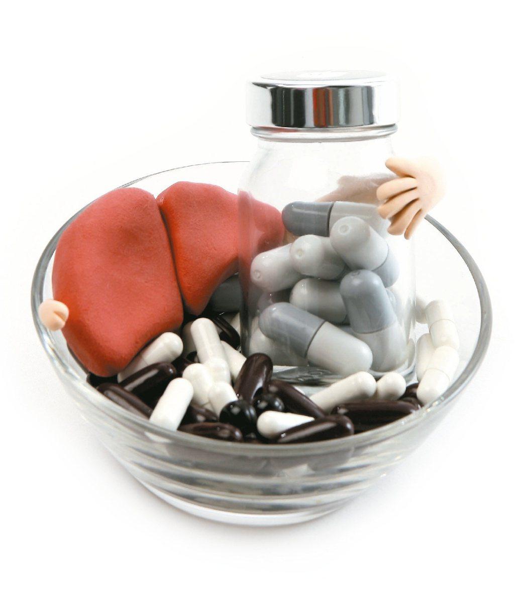 健保署放寬限制,今年起,有C肝的愛滋患者在原就診專科就醫,並由該醫師照會消化系專...