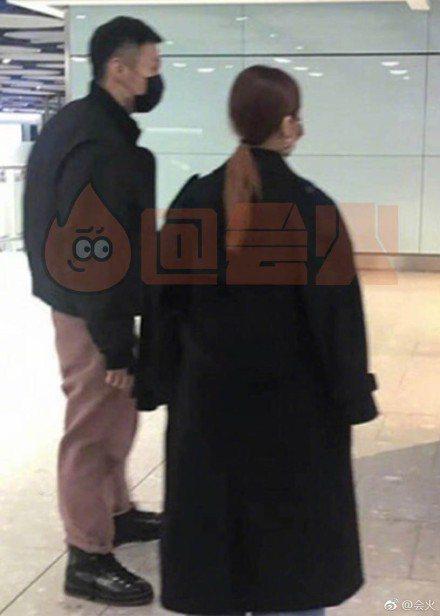 李榮浩(左)、楊丞琳被網友目擊手牽手現身倫敦機場。圖/摘自微博