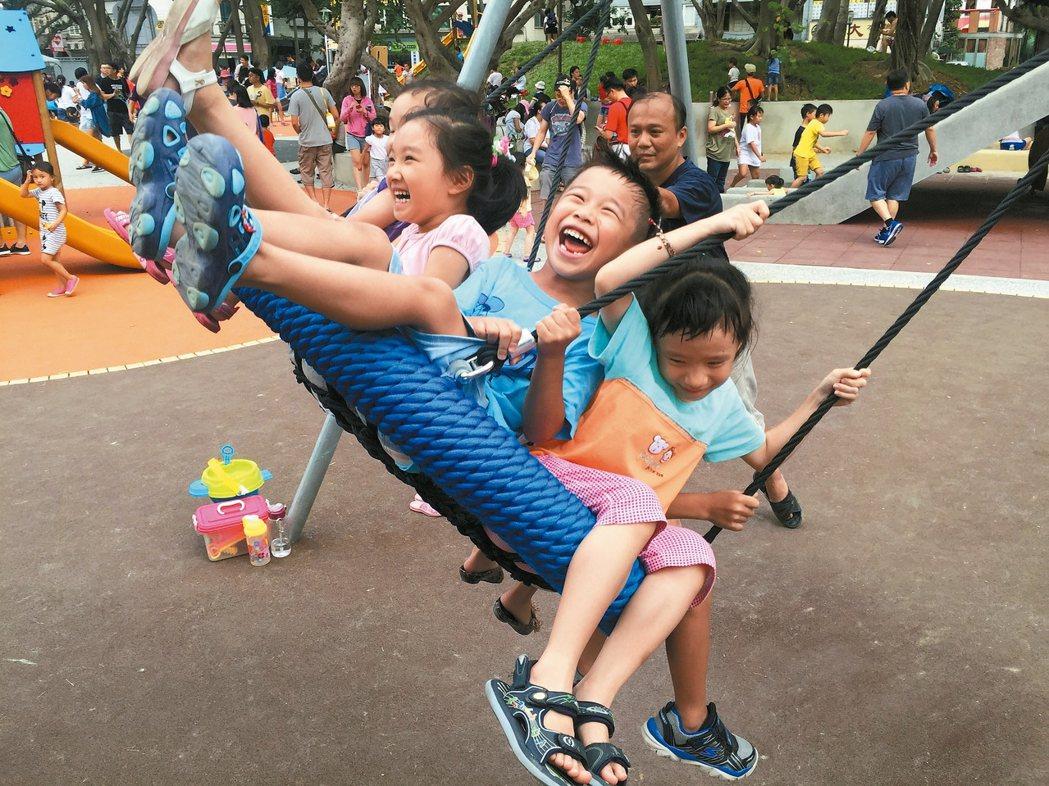 新竹市中央公園的鳥巢盪鞦韆超受小朋友歡迎。 圖/新竹市府城銷處提供
