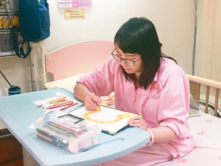 抗癌插畫家阿布在病床上專注地作畫。 記者張益華/攝影
