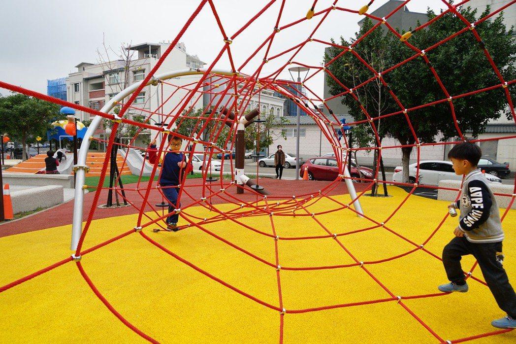 新竹縣竹東鎮公所將中正公園重新改造為兒童公園,太除掉罐頭式、塑膠遊具,成為不少家...