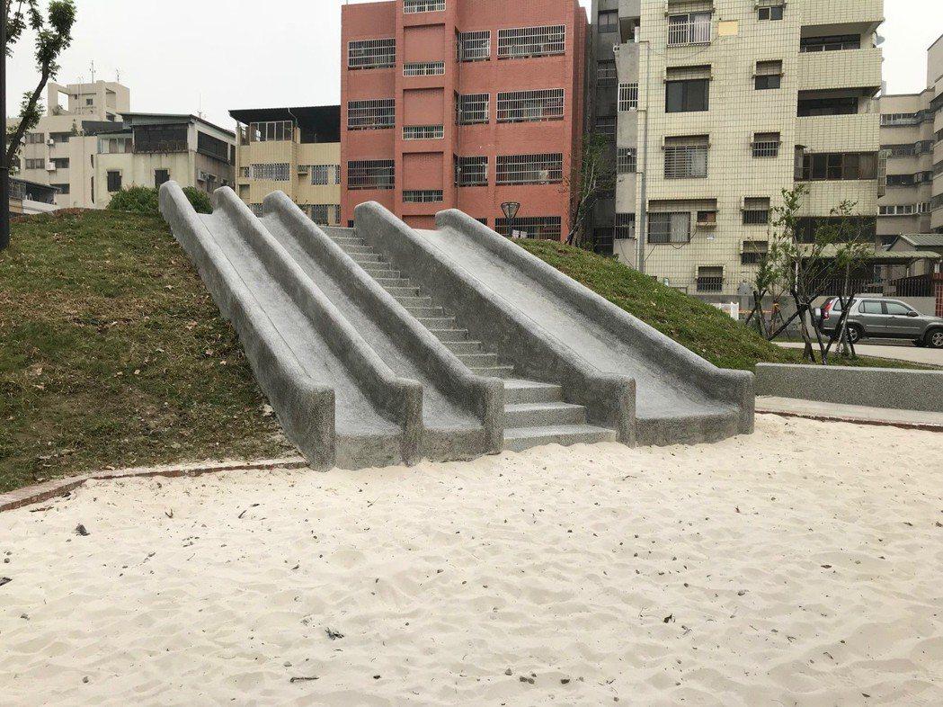 台中在公園打造磨石子材質的溜滑梯,底部設沙坑緩衝,不再設塑膠的罐頭遊具。 記者洪...