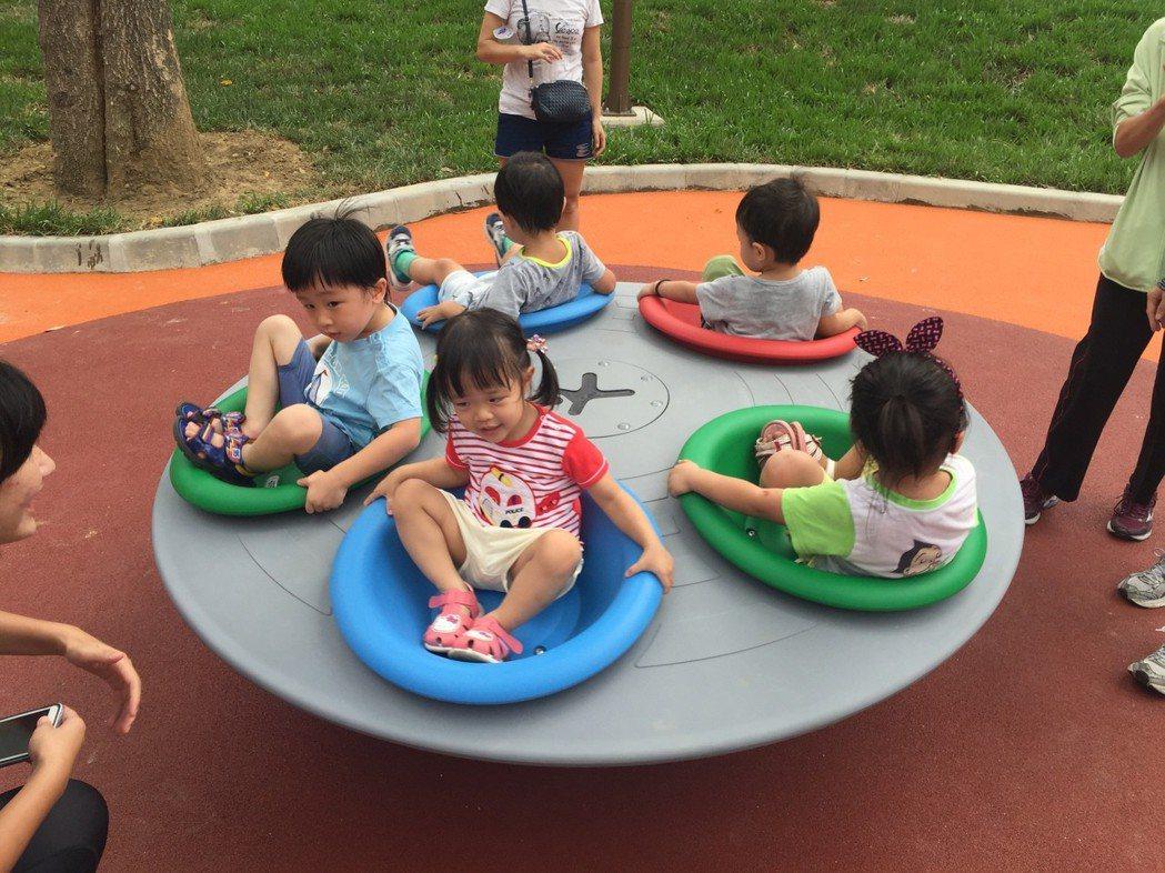 新竹市中央公園的旋轉遊具超受小朋友歡迎。 圖/新竹市府城銷處提供
