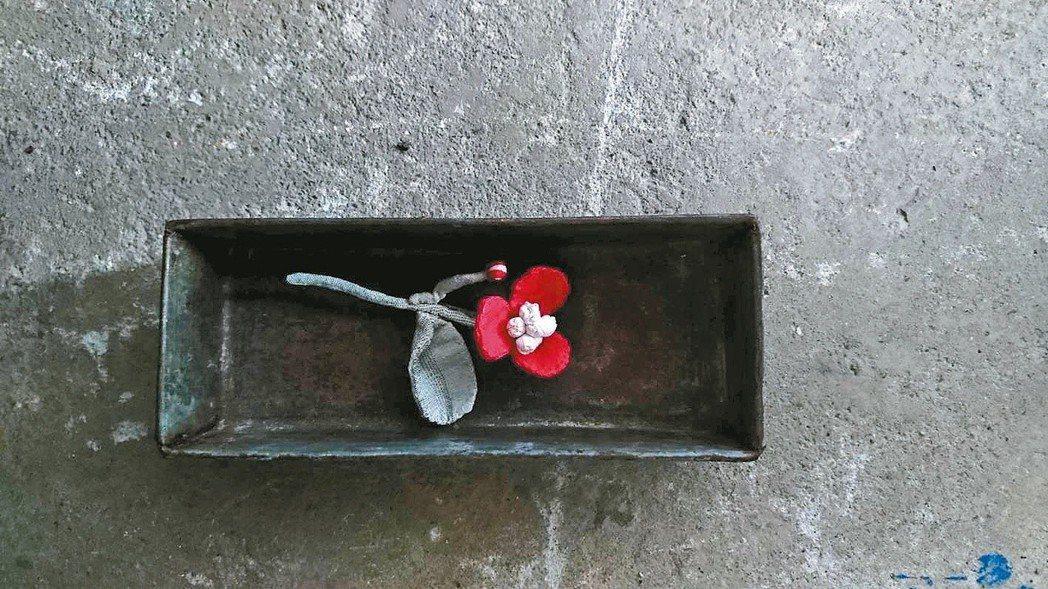 袁朝露以碎布縫製的花朵裝飾,每一朵都像是從繪本中長出來的。圖/袁朝露提供