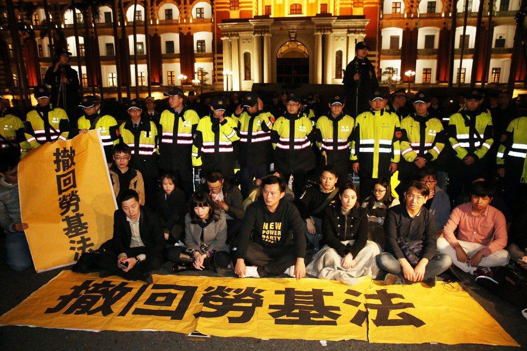 為抗議勞基法修法,時力立委昨天傍晚突襲到總統府前靜坐,希望蔡英文總統出來面對勞工...