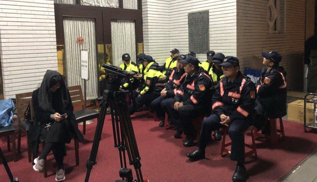 警察輪班在議場門口守門。 記者丘采薇/攝影