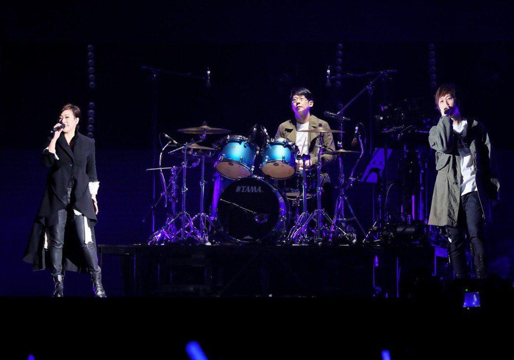 五月天5日在桃園棒球場開唱,林憶蓮擔任嘉賓。 圖/相信音樂提供