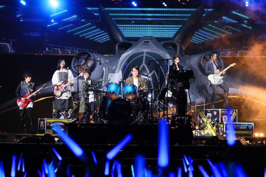 五月天5日在桃園棒球場開唱,嘉賓是林憶蓮。圖/相信音樂提供