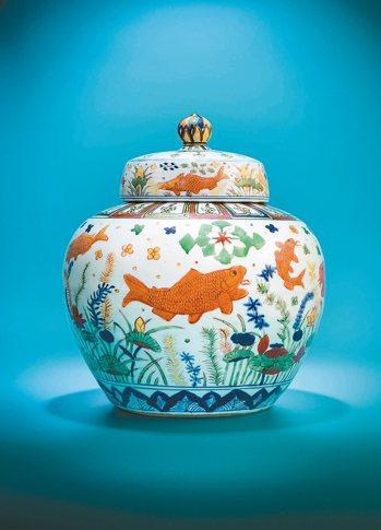 明嘉靖五彩魚藻紋蓋罐。 圖/佳士得提供