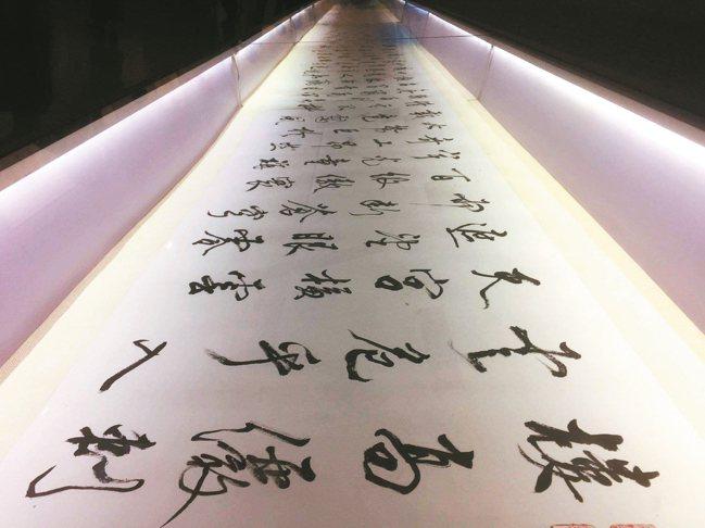 張大春在北京和莫言、北島等20多位作家聯展,他出一張15米長卷。 圖/張大春、松...