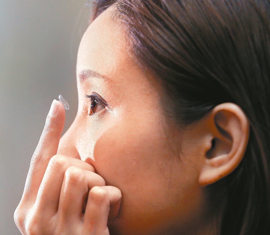 眼科醫師警告,洗澡時絕對不可以戴著隱形眼鏡,否則無疑是敞開大門歡迎細菌入侵我們的...