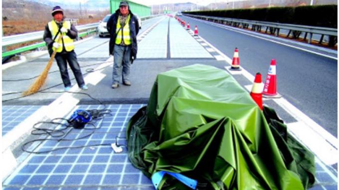 中國大陸山東省濟南市風光開通的全球首條太陽能充電高速公路試驗路段,才通車5天就遭...