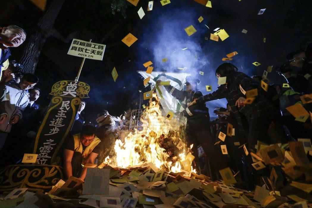 圖為去年12月6日在台灣爆發的反勞基法大遊行。 圖/歐新社