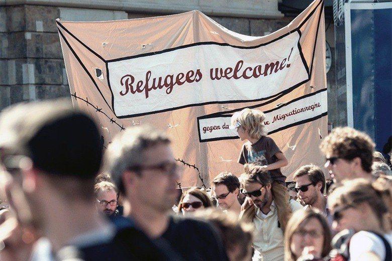 德國民眾持布條歡迎難民。 圖/美聯社