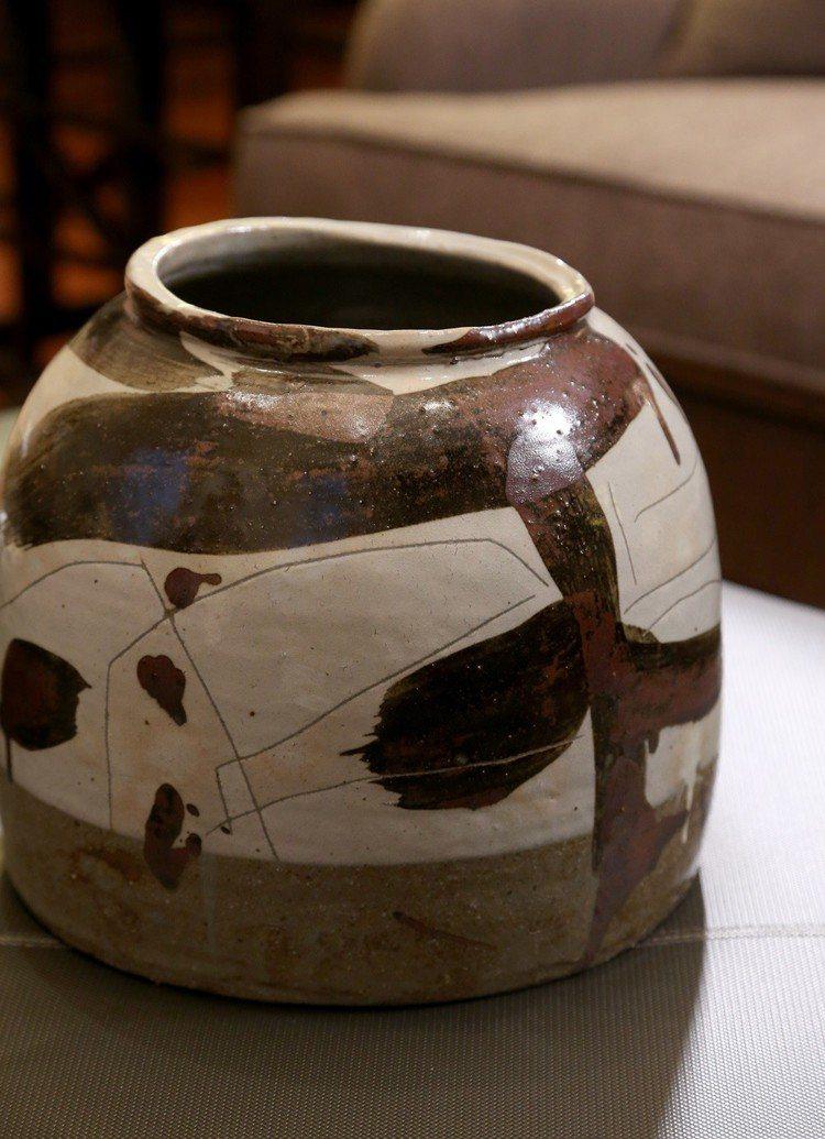 曹興誠隨緣買了當代的韓國陶藝家李秀鍾作品。圖/記者陳立凱攝影