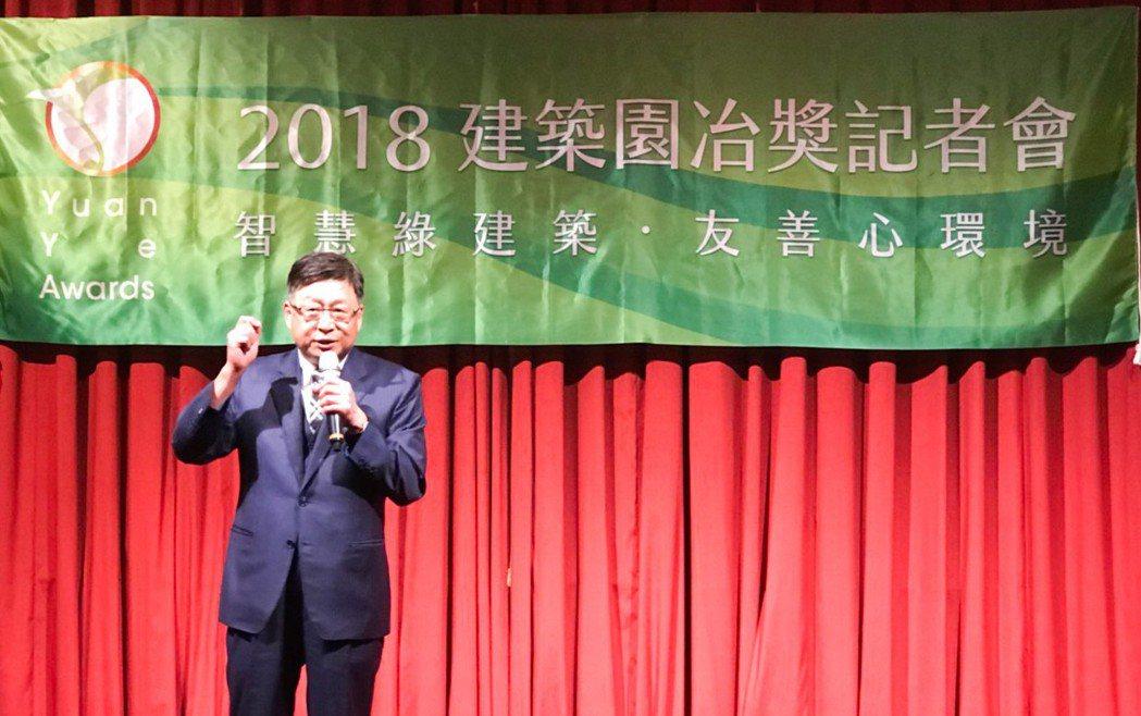 高雄市建築經營協會理事長黃啟倫說,建築園冶獎不只是頒一個獎而已,這是來自民間自發...