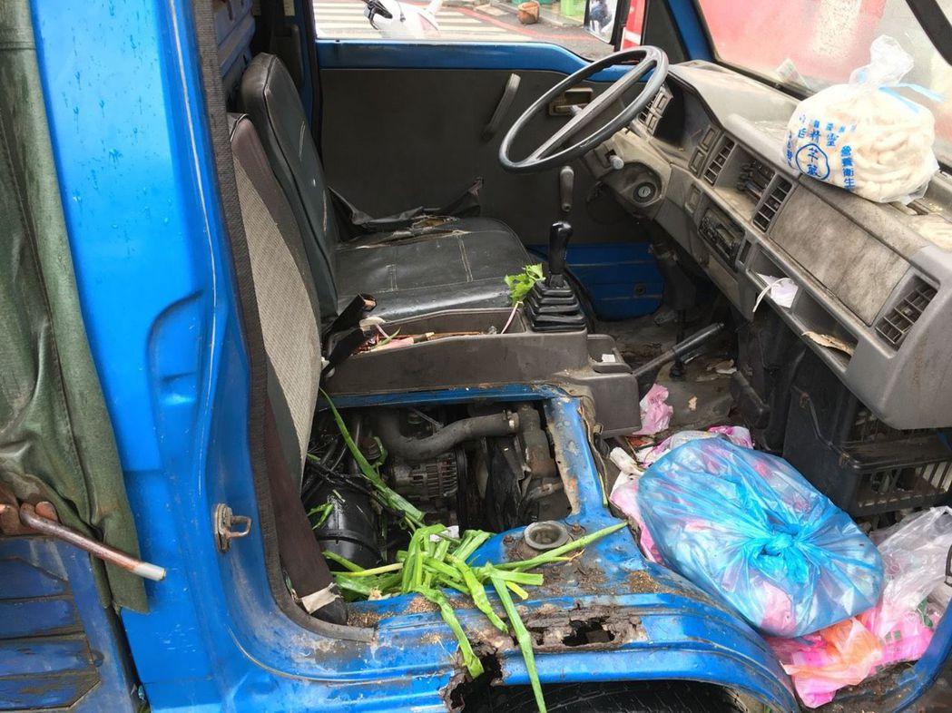 載送蔬菜貨車起火冒煙,消防員趕到前駕駛拿菜成功滅火,引擎室還有剩菜。 圖/台南市...