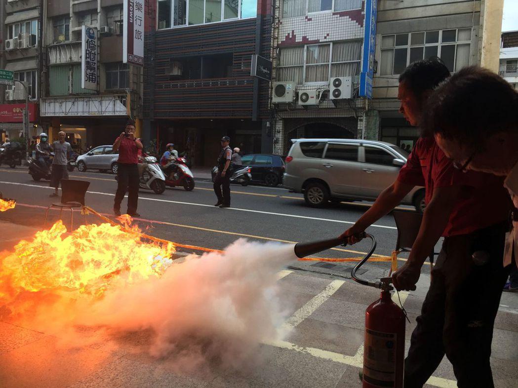 台南消防局指導民眾使用滅火器滅火。 記者邵心杰/攝影