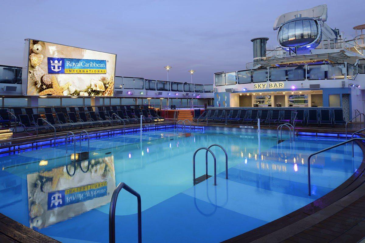 甲板游泳池可以一邊戲水一邊看電影。