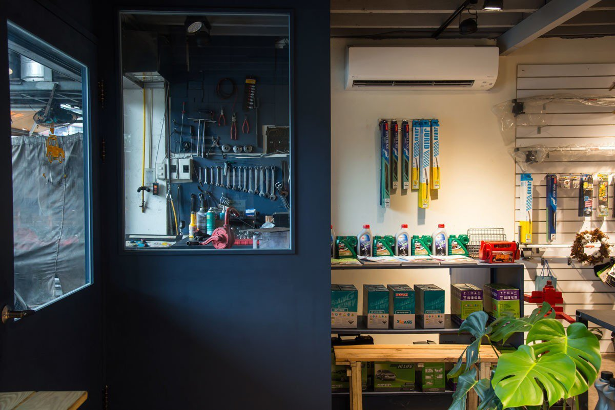 傳統咖啡館多擺設咖啡豆和手沖壺,日豐企業社的架上卻是汽車保養品和修理工具。