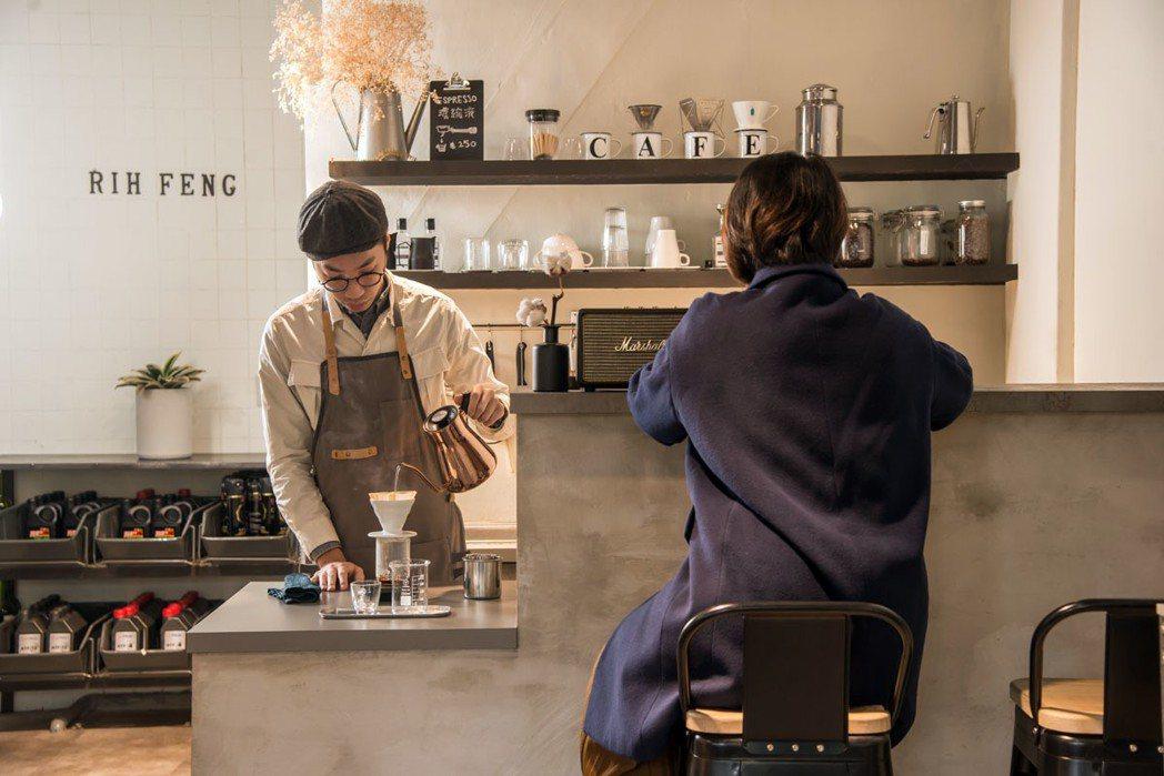 穿上圍裙的張博智,有模有樣沖煮咖啡,一人身兼汽車保養廠技師和咖啡師身分。