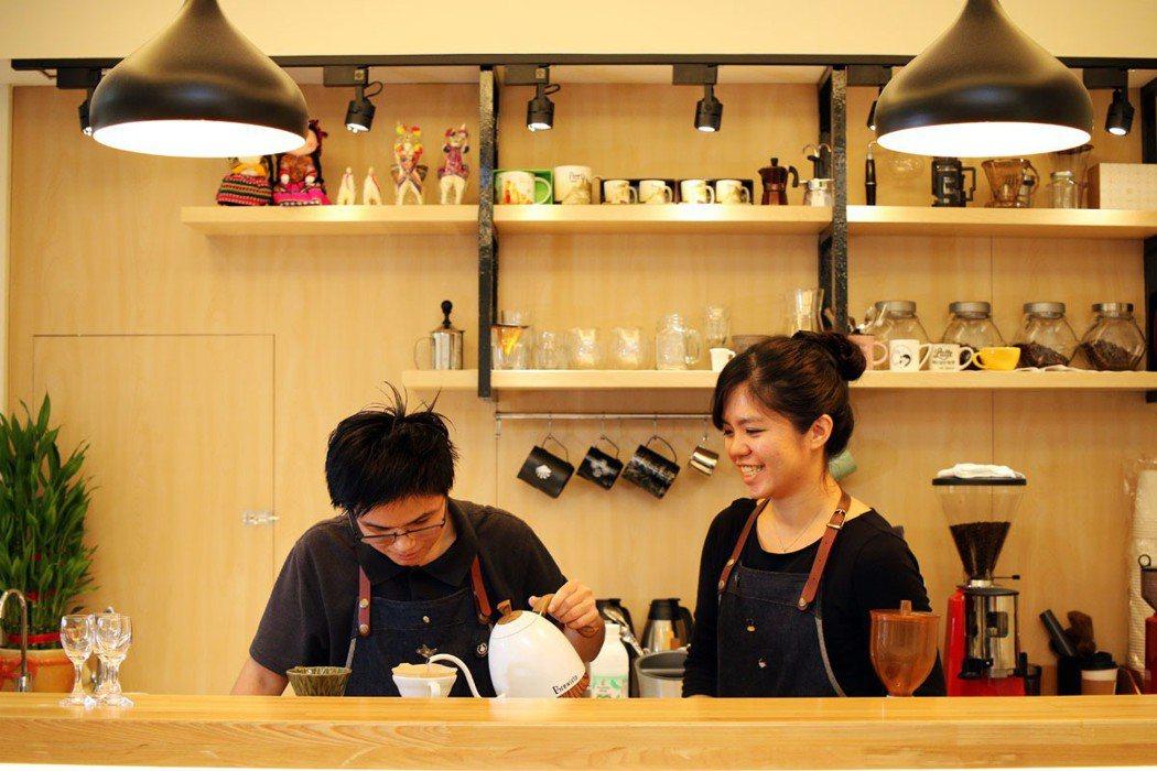 「三角&貓咖啡」自家烘豆,並以手沖方式沖煮出咖啡香。