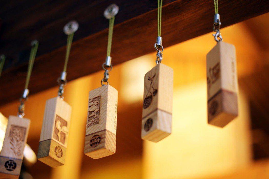 生命樹項鍊曾入選嘉義市十大伴手禮,不同生日的人都透過計算找到屬於自己的生命樹。