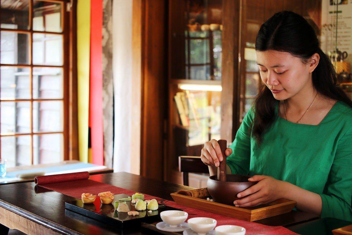 搗茶體驗的過程中,茶香不斷釋放,趣味又療癒。