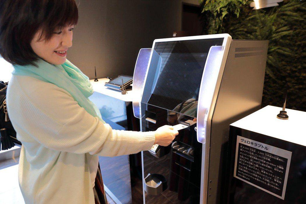 聽從恐龍的指示,在機器刷卡付帳後,房卡才會出現。