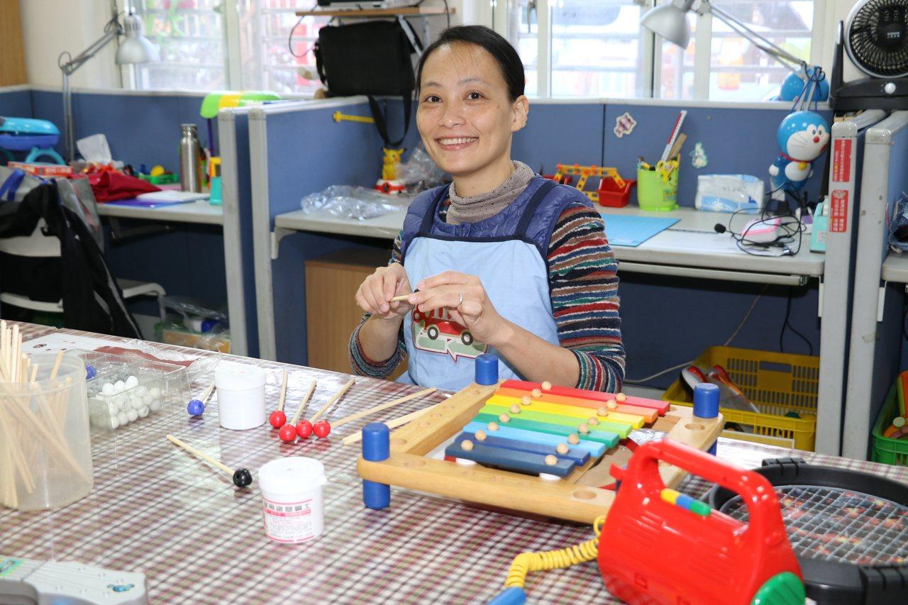 原是烘培師的林鈺婷,靠著一雙巧手幫木琴重新製作敲打棒,為孩童修復玩具夢。記者王敏...