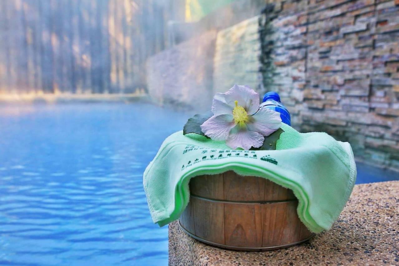 海拔520公尺的宜蘭太平山鳩之澤溫泉區,青楓愈冷愈紅,冬日限定版的楓紅美景森林浴...