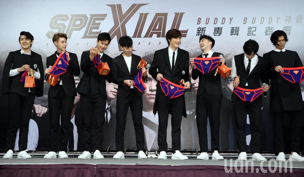 偶像男團SpeXial發行第5張專輯,9名團員中的8位,今天在記者會亮相,老闆致...