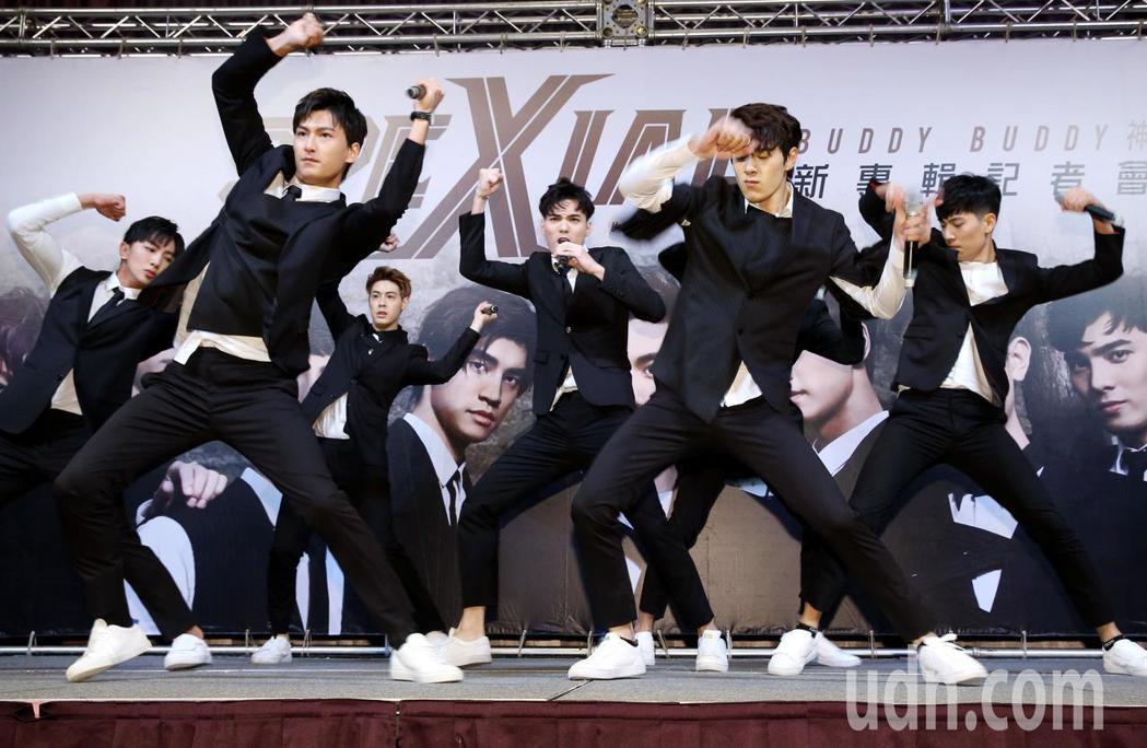 偶像男團SpeXial發行第5張專輯,9名團員中的8位,今天在記者會亮相,現場演...
