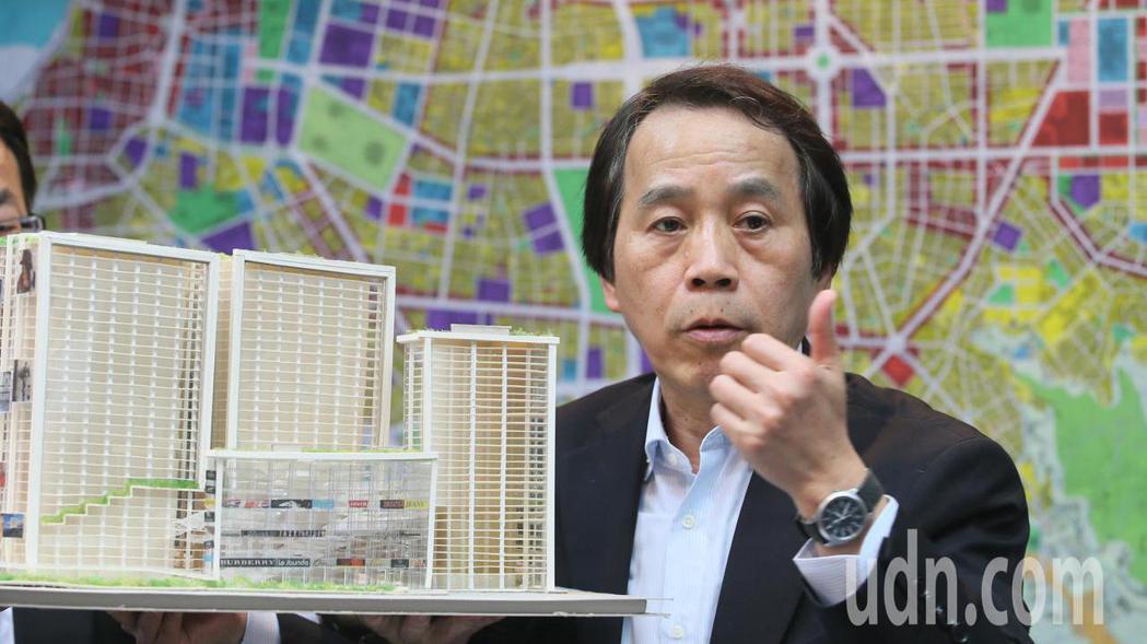 台北市政府副市長林欽榮在台北市地圖前拿著模型,向媒體記者闡述未來東區門戶計畫中的...
