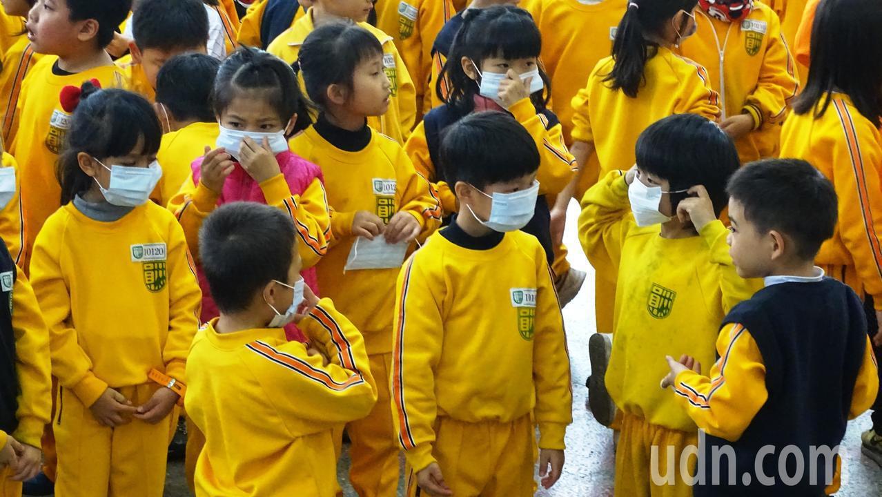 員林市長張錦昆購贈口罩送給全縣國中小學學生。記者何烱榮/攝影