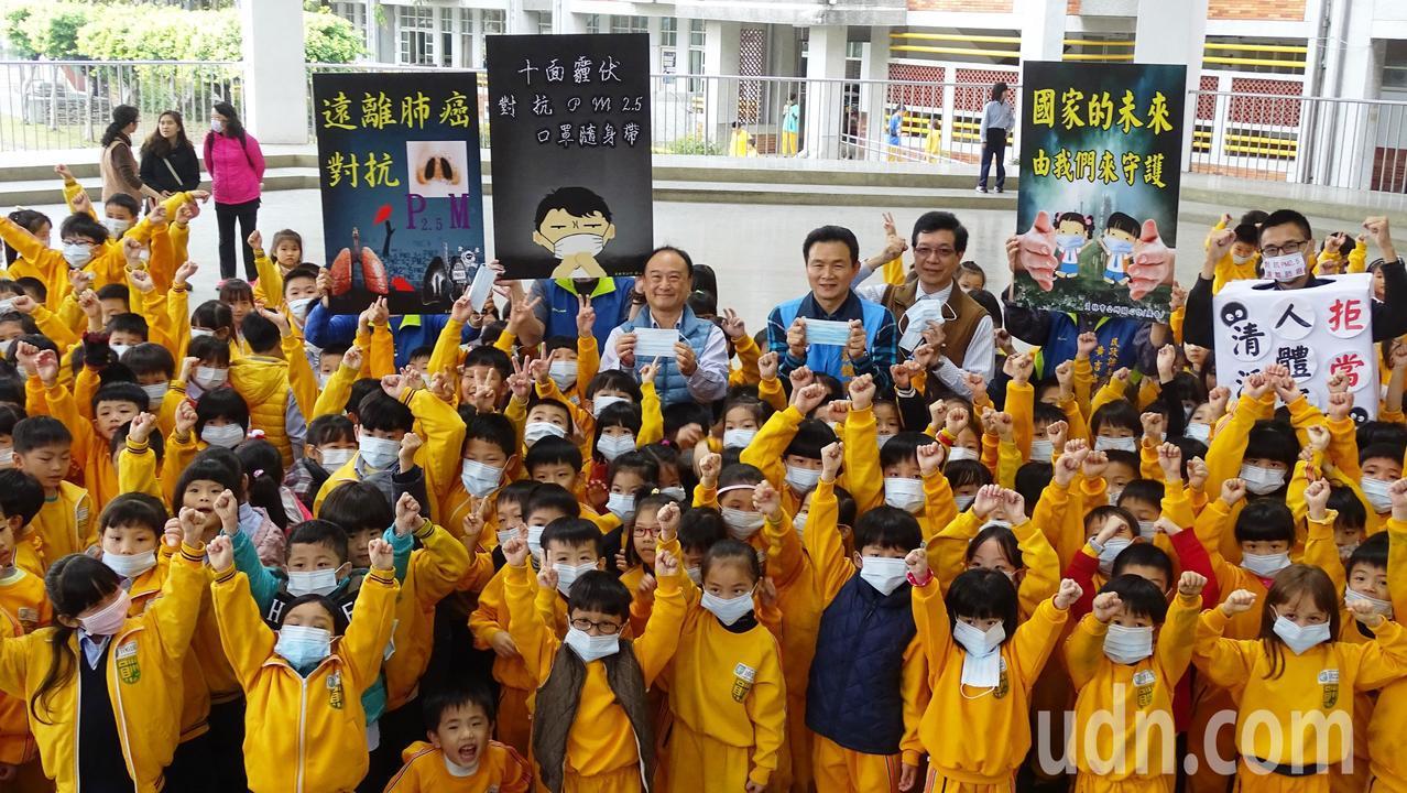 員林市長張錦昆贈送全市國中小學生口罩,呼籲大家一起對抗pm2.5。記者何烱榮/攝...