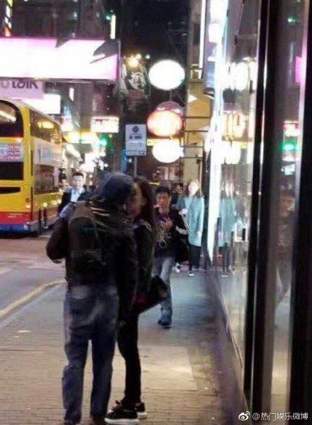 郭富城被拍到在街頭親吻愛妻。圖/摘自微博